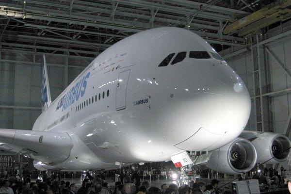 Prvý vyrobený model Airbus A380 pri predstavení verejnosti vo francúzskom Toulouse 18. januára 2005.