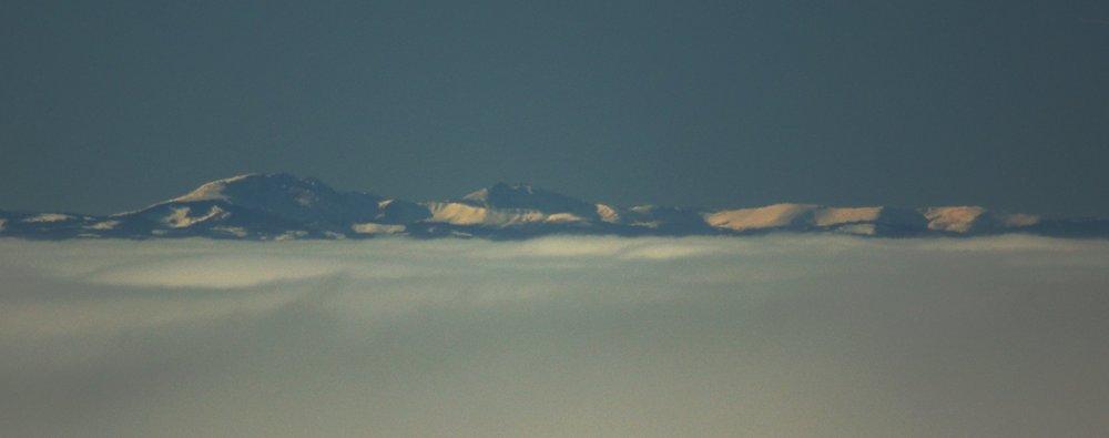 Ďumbier vľavo a Chopok vpravo s viditeľnou vrcholovou stanicou lanovky (z Magury, ktorá len tesne vyčnievala z nízkej oblačnosti).