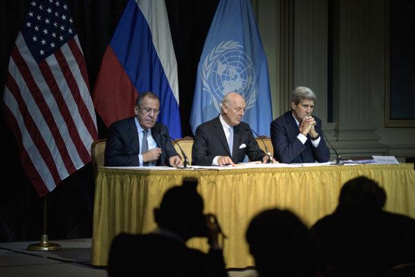 Na snímke zľava ruský minister zahraničia Sergej Lavrov, splnomocnenec OSN pre Sýriu Staffan de Mistura a americký minister zahraničných vecí John Kerry.