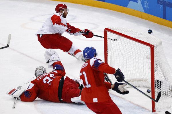 Rus Vladislav Gavrikov strieľa gól na 2:0.