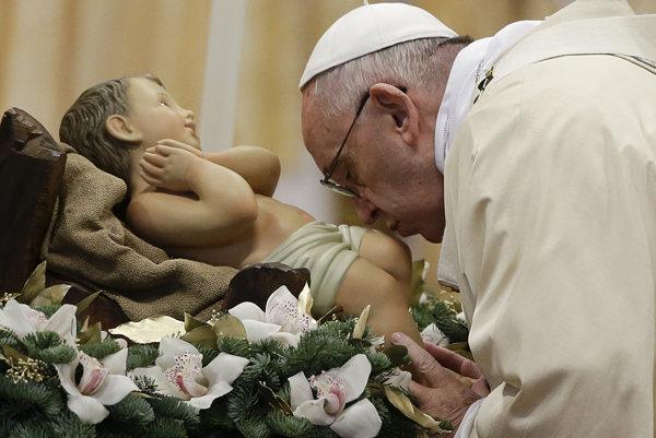 Na snímke pápež František bozkáva sošku Jezuliatka počas omše na sviatok Zjavenia Pána - Troch kráľov v Bazilike sv. Petra vo Vatikáne.