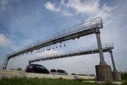 Kontrolu používania elektronických diaľničných známok bude vykonávať Národná diaľničná spoločnosť vlastnými prostriedkami. Momentálne buduje sieť kontrolných brán, ktoré budú neplatičov snímať.