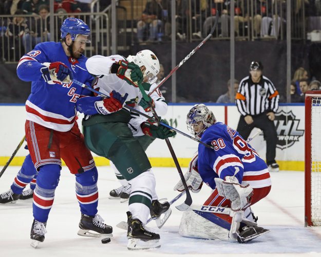 Eric Staal (v strede) sa pokúša presadiť v zápase proti New Yorku Rangers.