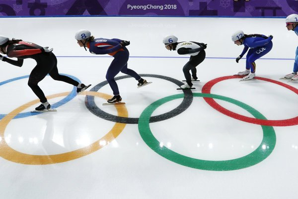 Momentka zo semifinále súťaže rýchlokorčuliarok s hromadným štartom.