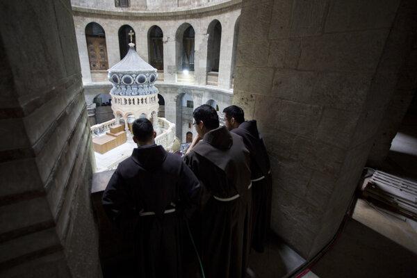 Kostol Svätého hrobu láka množstvo pútnikov z celého sveta.