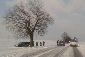 Auto mimo cesty medzi Spišskou Belou a Bušovcami v nedeľu popoludní.