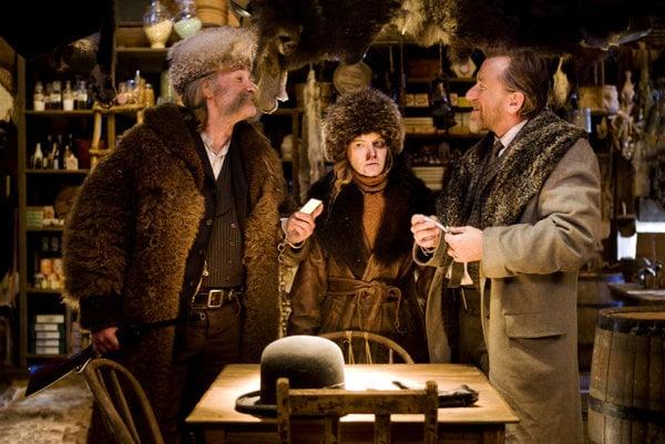 Lovec zločincov (Kurt Russell), ich kat (Tim Roth) a uprostred ich obeť (Jennifer Janson).