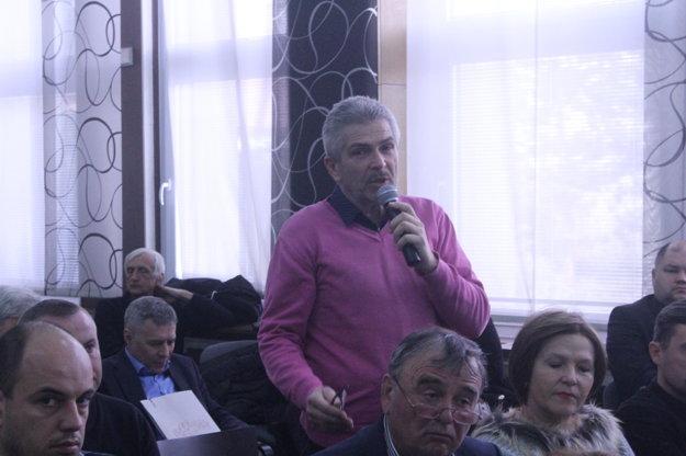 Miloš Dovičovič diskutuje na podujatí Nitrianskych novín.