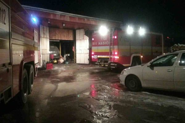 Zásah hasičov trval okolo dvoch hodín.