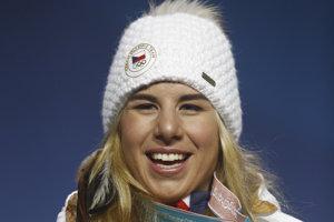 Ester Ledecká pózuje so zlatou medailou za víťazstvo v paralelnom obrovskom slalome snoubordistiek.