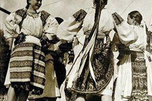 Obálka zo Světa v obrazech zachytáva prvé vystúpenie Lúčnice v Prahe. Vľavo tancuje Jožka Čížová - Lackovičová z Brezna.