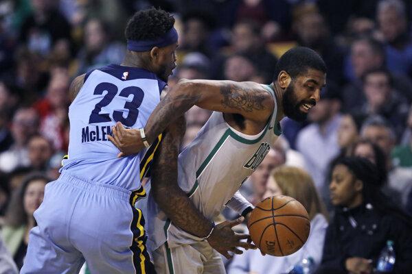 Kyrie Irving (vpravo) bol opäť hviezdou Bostonu Celtics.