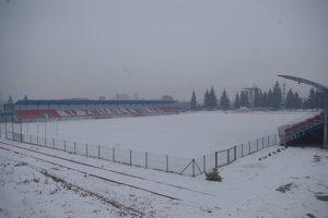 Futbalový štadión vo Zvolene pod snehom.
