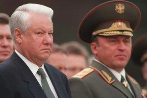 Minister obrany Gračev (vpravo) s prezidentom Jeľcinom. Podľa indícií bol zodpovedný za krutú smrť investigatívneho novinára.