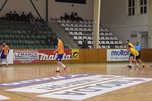 Záber zdruhého semifinálového zápasu medzi FIBOR ROSSONERI aEUROSVIT BAŠTA .