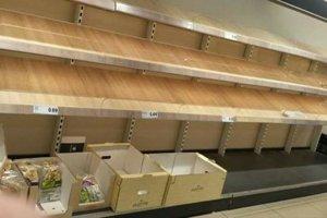 Prázdne regály na chlieb v írsksom obchode.