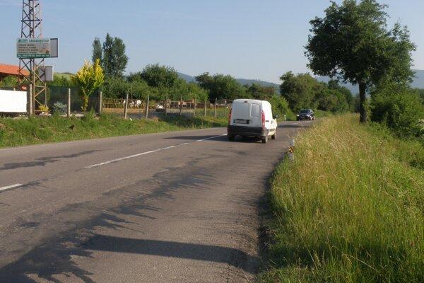 Na jednej strane cesty do Kľačna bola nedávno pokosená tráva, na druhej nie.