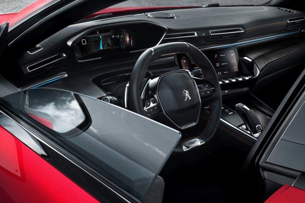 Vodič má pred sebou konfigurovateľný prístrojový panel. Sortiment motorov modelu 508 tvorí šestica moderných motorov s nízkymi emisiami – ide o dva benzínové a štyri vznetové motory, pokrývajúce výkonový rozsah od 97 kW do 168 kW.