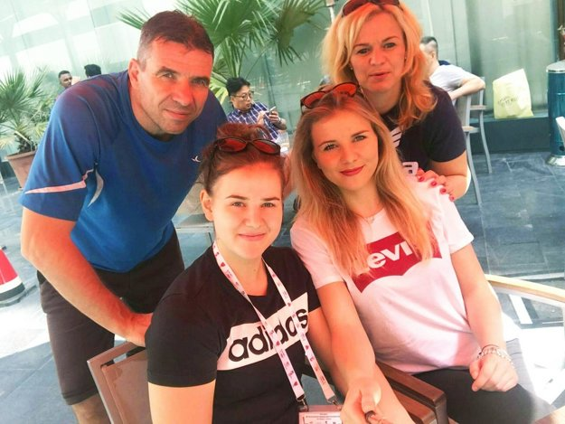 Barbi prišli do Kataru fandiť najbližší. Na snímke otec Oskár, mama Erika a staršie sestra Bibiana.