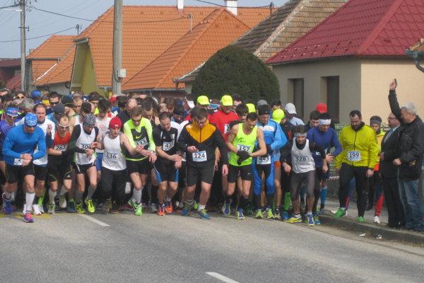 Dvanásťnásobný majster ČSSR vbehoch na dlhé trate, Bratislavčan Jozef Lenčéš, vúlohe štartéra Majcichovskej desiatky. Nezabudnuteľný atlét Interu Slovnaft utvoril začiatkom marca 1982 skvelý rekord na pôvodnej 10-kilometrovej trati vuliciach Majcichova (29:41,2 min).