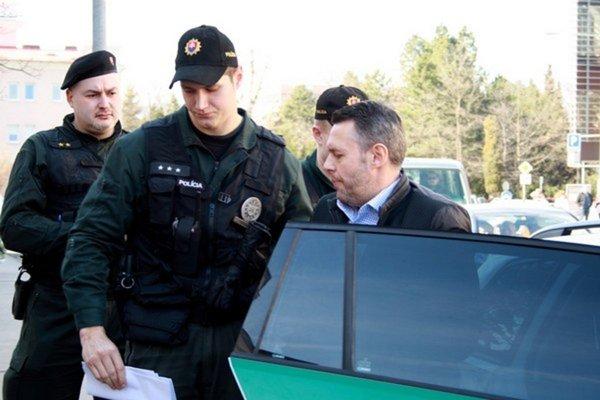 Jánoša obvinili zo zločinu týrania blízkej a zverenej osoby.