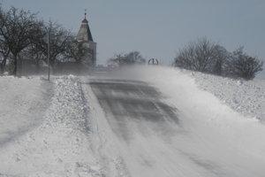 Snehom pokrytá cesta v okolí obce Mlynica pod Tatrami.