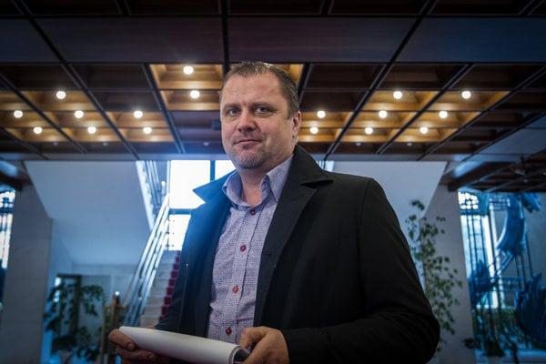 Poslanec Andrej Hrnčiar z klubu Mosta-Híd si nemyslí, že do vyšetrovania vraždy Jána Kuciaka a jeho partnerky by mal možnosť niekto zasahovať.