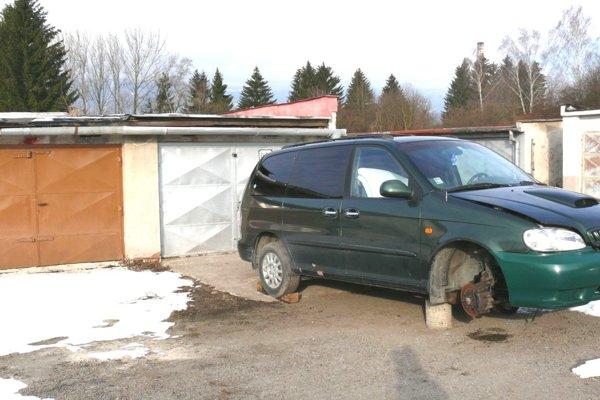 Aj za nepojazdné auto, odstavené vgaráži, môžete dostať pokutu.