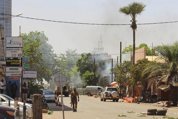 Vojak hliadkuje pred budovou sídla velenia armády v Ouagadougou.