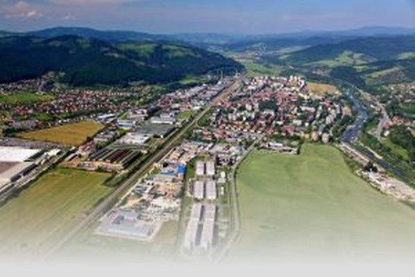 Mesto je preťažené nákladnou a osobnou dopravou smerujúcou do priemyselnej zóny. Pomôcť by mal diaľničný privádzač.