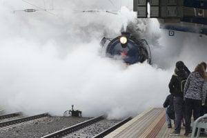 Vlak ťahaný parným rušňom 498.104 Albatros vchádza na Hlavnú stanicu v Bratislave.