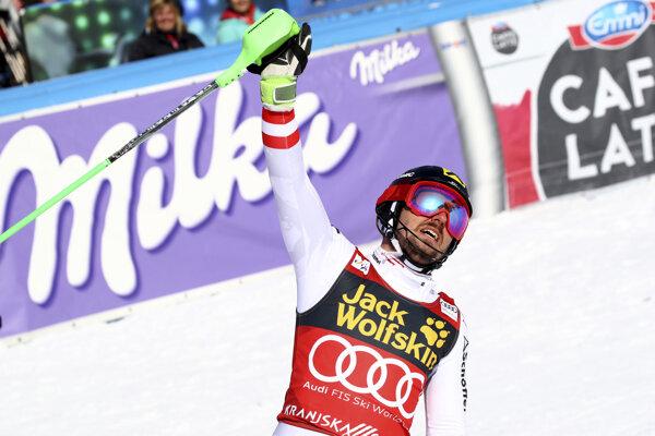 Marcel Hirscher oslavuje svoj triumf.