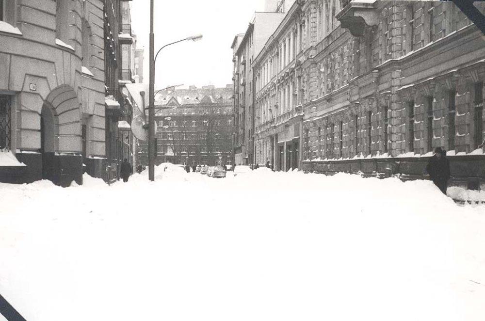 Fučíkova, vľavo vchod do Slovenskej filharmónie, budova Reduty.