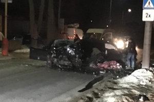 Svedkovia pri pohľade na zničené autá neverili, že všetci, ktorí sa v nich viezli, žijú.