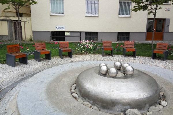 Vzduch na Trojičnom námestí ochladzuje v sezóne fontána pri pošte.