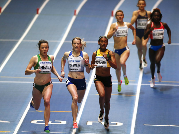 Na snímke zľava Írka Phil Healyová, Britka Eilidh Doyleová, Jamajčanka Stephenie Ann Mcphersonová a slovenská bežkyňa Alexandra Bezeková v cieli rozbehu na 400 m žien na halových MS 2018.