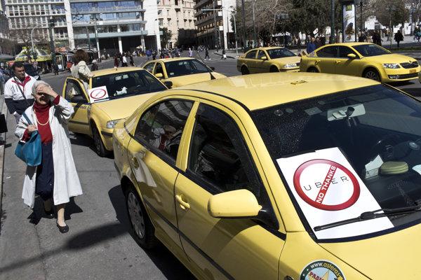 Štrajk taxikárov v centre Atén.