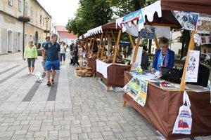 Stánky na Hurbanovom námestí počas Bojnického letného slnovratu.