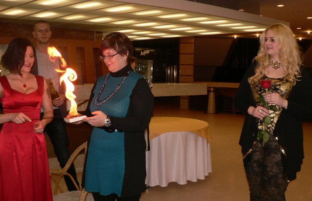Knihu Gabrielle Bernátovej (v strede) V dobrom aj v zlom pokrstila herečka a fakírka Kristína Slováková ohňom.