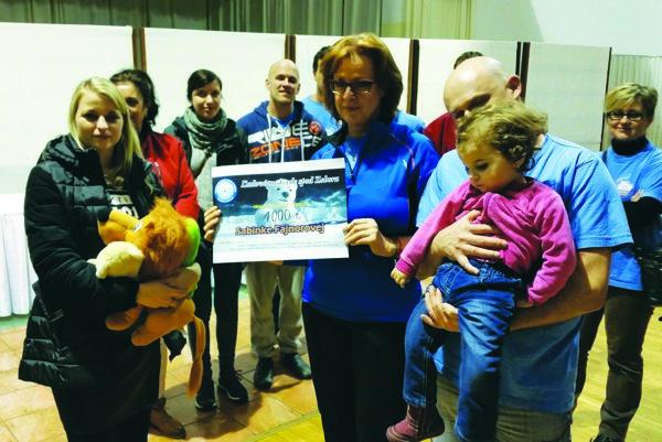 Symbolický šek Zuzane Fajnorovej odovzdáva Tatiana Meszárošová, predsednička OZ Ľadové medvede spod Zobora.