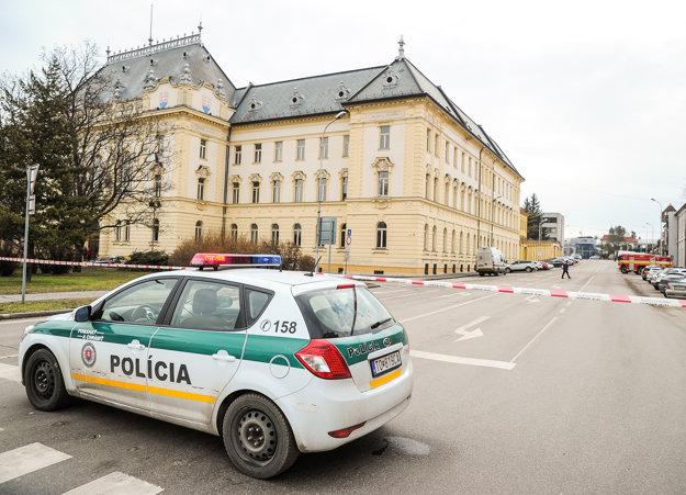 Pohľad na policajné zložky pred Ústavom na výkon väzby v Nitre.