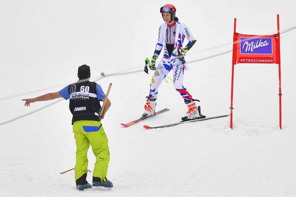Petra Vlhová prijíma pokyny po nedokončení 1. kola.