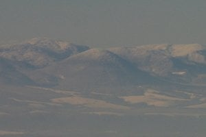 Detail na 50-60 km vzdialenú severnú časť Slanských vrchov, v strede Oblík a po stranách Čierna hora a Tri chotáre – ojedinelý pohľad na túto časť