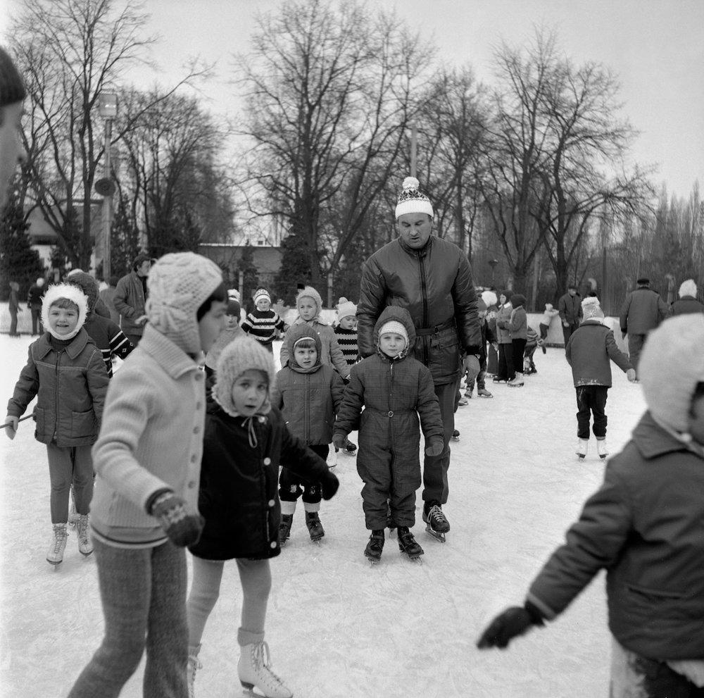 Na archívnej snímke z 2. januára 1971 deti na klzisku. Na kziskách bolo rušno najmä počas zimných prázdnin.
