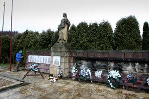 Vypálenie obce Kľak pripomína pamätník, pri ktorom sa každoročne koná pietna spomienka.