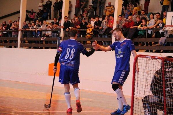 V druhom zápase rozhodol o víťazstve v predĺžení Matúš Medžo (vpravo).