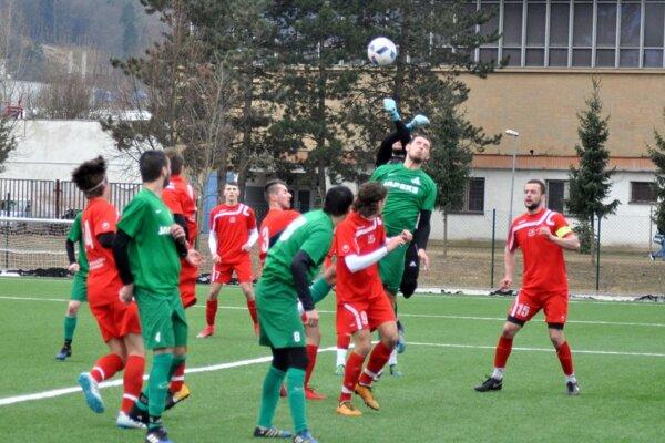 Pov. Bystrica (v červenom) zdolala Ladce aj druhýkrát v sezóne.