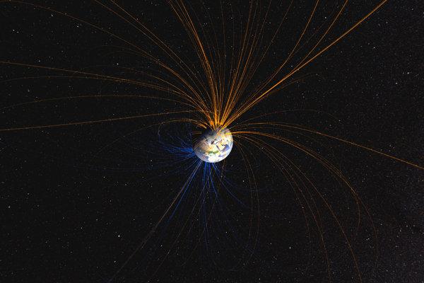 Magnetické pole Zeme prepája Severný pól (oranžové čiary) s Južným pólom (modré čiary). V posledných rokoch sa magnetické pole na niektorých miestach oslabuje.