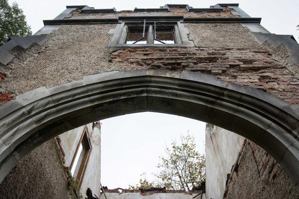 Ruiny čeľadníka vareáli neogotického kaštieľa vRusovciach, ktorý je národnou kultúrnou pamiatkou.
