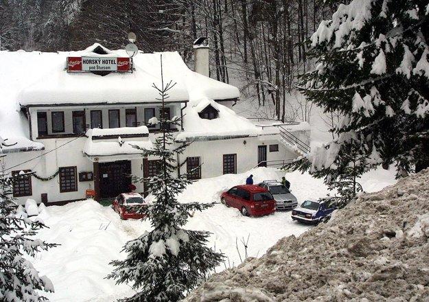 V tom istom roku zasiahla lavína z náprotivného svahu aj prístavbu horského hotela pod Šturcom. Masa snehu päť ľudí zranila a jedného zabila.